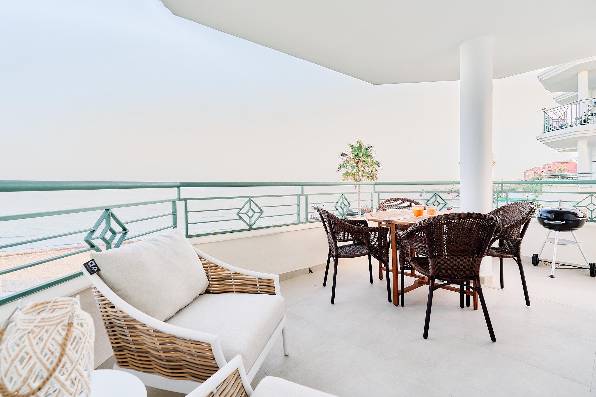 TD05 Strand appartement met groot terras en zwembad!